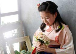 プレシュスタジオ自由が丘店撮影の卒業袴記念写真 ピンクの着物でお花を持った女の子
