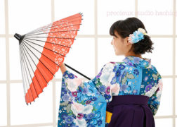 卒業袴撮影の写真 水色の着物で和傘を持った女の子の写真