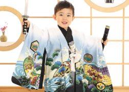 男の子の七五三記念写真 刀を持って勇ましく 和室で撮影