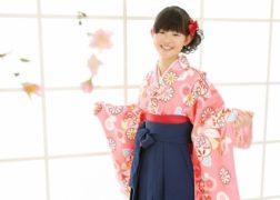 ピンクの卒業袴の記念写真