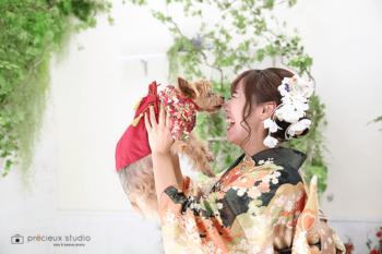 晴れ着の女性とヨークシャーテリア 成人式記念写真