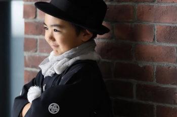 5歳の男の子七五三写真 着物とハット ハウススタジオで撮影 プレシュスタジオ撮影写真