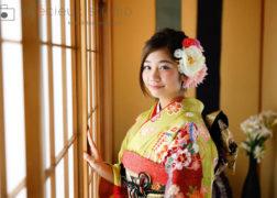 黄色い晴れ着の成人式記念写真