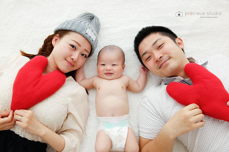 ファミリーで記念写真 赤ちゃんと両親