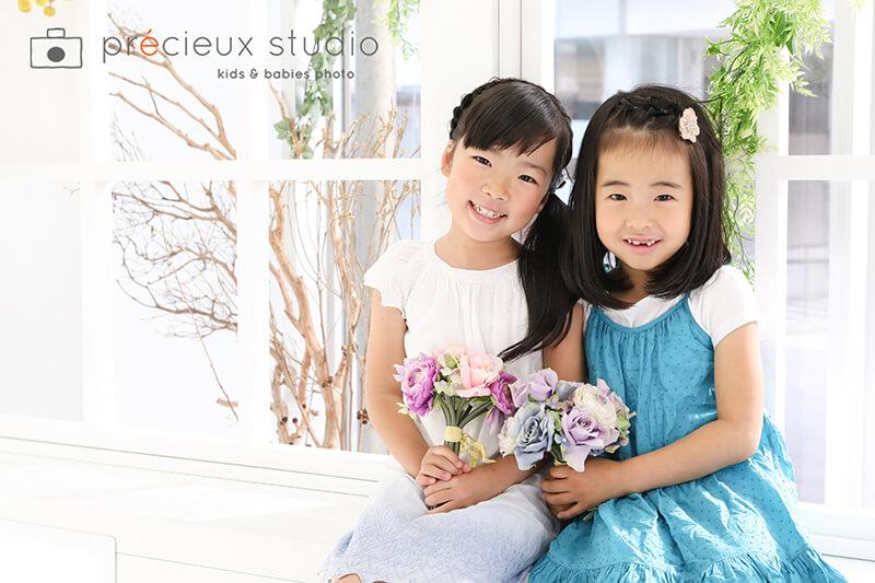 お花を持って女の子2人で仲良しフレンド撮影