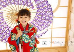 傘を持って愛らしく 和室で七五三 プレシュスタジオ撮影