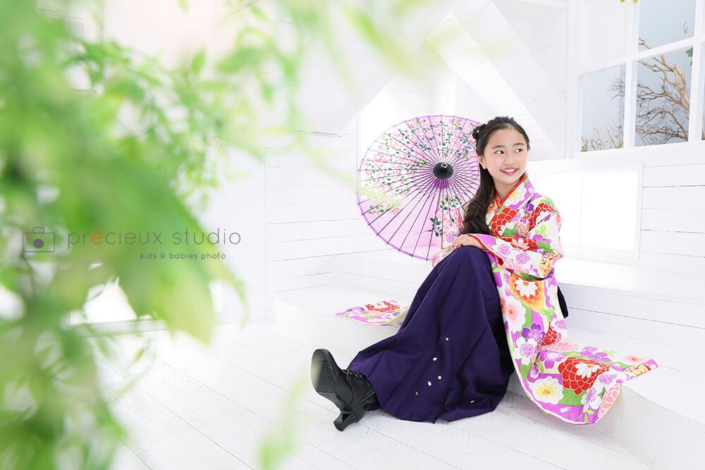 ハウススタジオで自然光撮影 女の子の卒業袴 小学校卒業記念写真 花柄の着物 プレシュスタジオ撮影写真