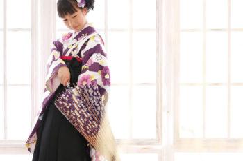 ハウススタジオで自然光撮影 女の子の卒業袴 小学校卒業記念写真 紫の着物 プレシュスタジオ撮影写真