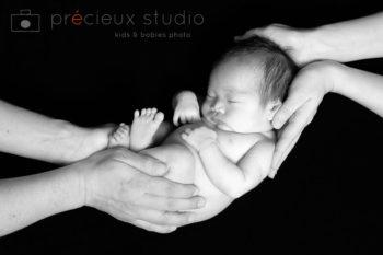 モノクロの新生児フォト 両親の手とベビー