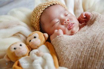 新生児ニューボーンフォト ぬいぐるみと一緒に撮影