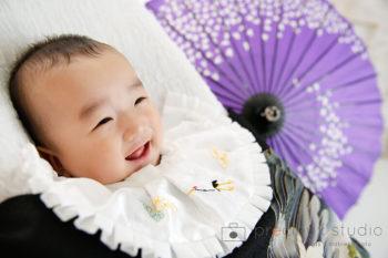 お宮参りの記念撮影写真 掛け着 紫の和傘 プレシュスタジオ撮影写真