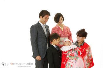 お宮参りの家族記念写真 おばあちゃんと両親とお兄ちゃん