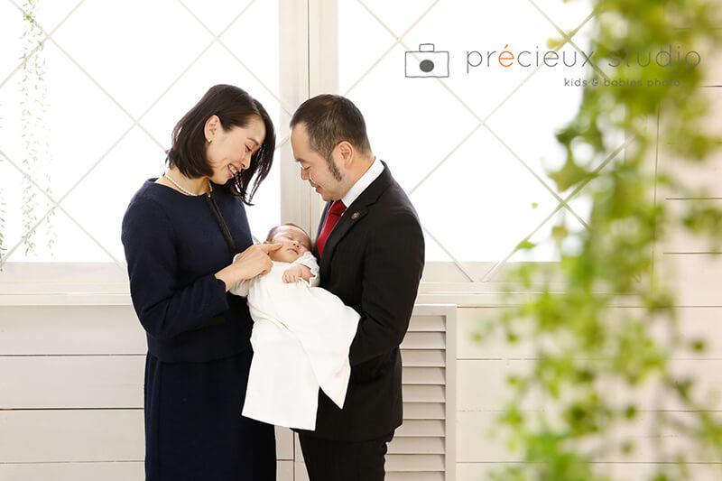 両親と赤ちゃんのお宮参りの記念写真