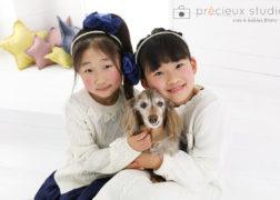 ダックスと女の子2人の記念写真