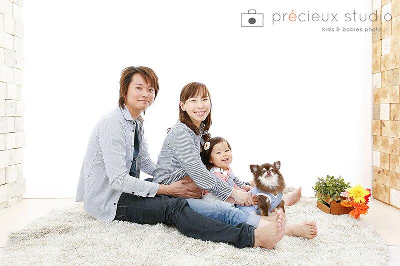 チワワと家族みんなの記念写真