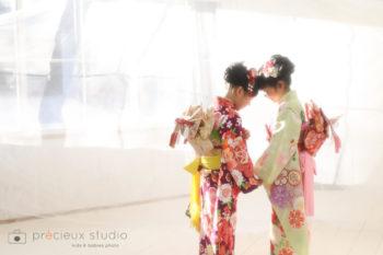 7歳の女の子2人で七五三写真 着物姿 ハウススタジオの和室で紅葉と撮影 プレシュスタジオ撮影写真