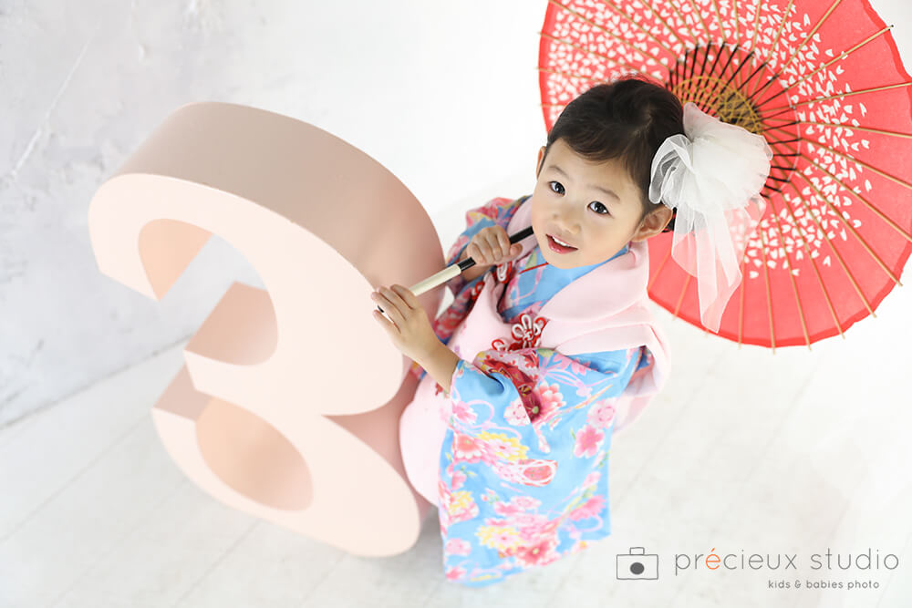 3歳の女の子七五三写真 水色の着物とピンクの被布 ハウススタジオの和室で紅葉と撮影 プレシュスタジオ撮影写真