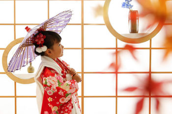 3歳の女の子七五三写真 赤い着物と被布 ハウススタジオの和室で紅葉と撮影 プレシュスタジオ撮影写真
