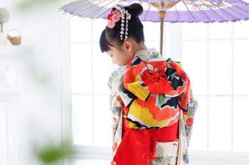7歳の女の子七五三写真 赤い着物 ハウススタジオの和室で紅葉と撮影 プレシュスタジオ撮影写真