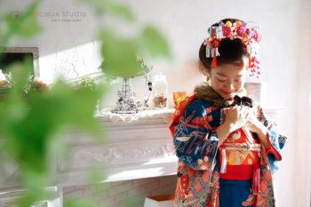 7歳の女の子七五三写真 着物で日本髪 ハウススタジオの和室で紅葉と撮影 プレシュスタジオ撮影写真