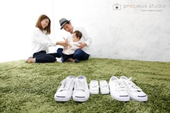 ハウススタジオで家族写真撮影 芝生の上でリラックス プレシュスタジオ撮影写真