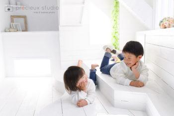 ハウススタジオで兄弟写真撮影 シャビーシックな明るいお部屋 プレシュスタジオ撮影写真