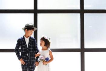 お兄ちゃんと妹でドラマチックな記念写真 ハウススタジオの明るい窓辺 プレシュスタジオ撮影写真