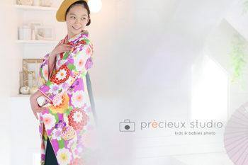 女の子の卒業袴 小学校卒業記念写真 花柄の着物と黄色のニット帽 プレシュスタジオ撮影写真