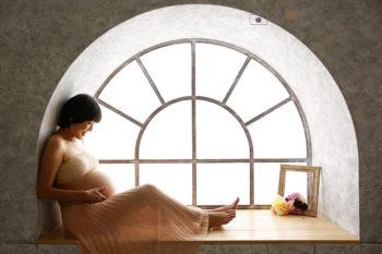 窓辺でナチュラルなマタニティフォト プレシュスタジオ撮影写真
