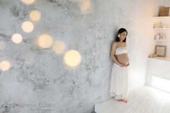 白い衣装のフェミニンなマタニティフォト プレシュスタジオ撮影写真