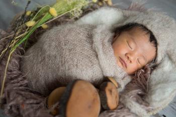 ニューボーンフォト出張撮影 ナチュラルな雰囲気の赤ちゃん プレシュスタジオ撮影写真