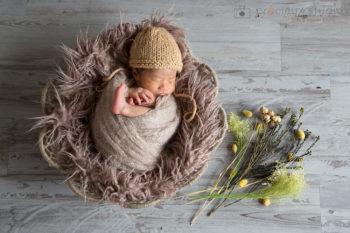ニューボーンフォト出張撮影 ナチュラルな雰囲気のおくるみの赤ちゃん プレシュスタジオ撮影写真