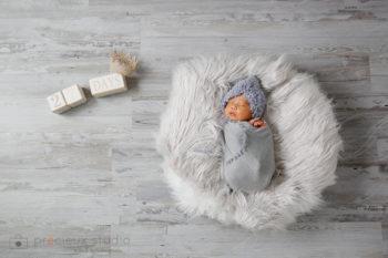 ニューボーンフォト出張撮影 ナチュラルなブルーのおくるみの赤ちゃん プレシュスタジオ撮影写真