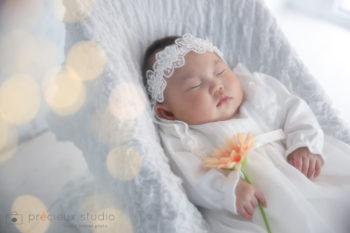 お宮参りの記念撮影写真 レースのヘアバンドの赤ちゃん プレシュスタジオ撮影写真