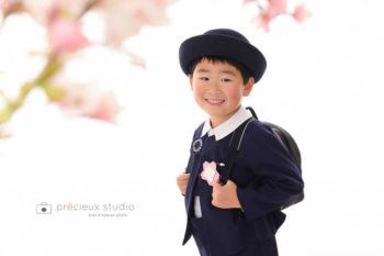ランドセルと男の子の入学記念写真