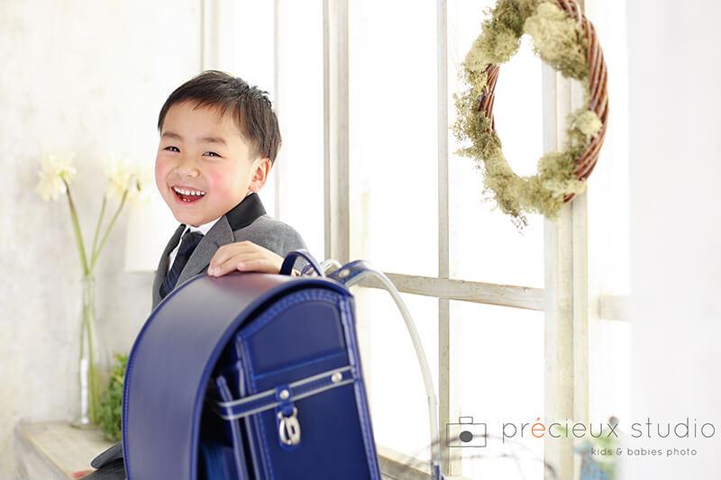 青いランドセルと男の子の入学記念写真