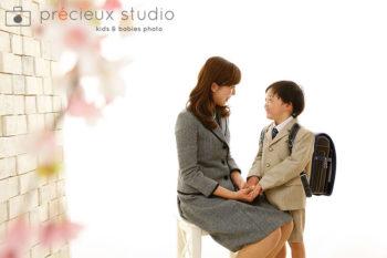 お母さんと男の子の小学校入学記念写真