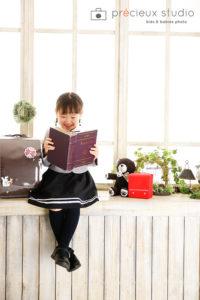 女の子とランドセルの小学校入学記念写真