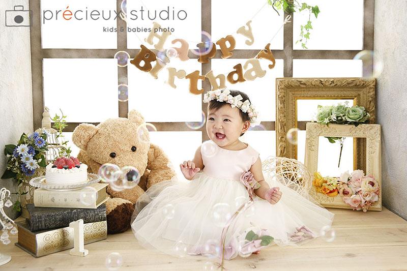 ハウススタジオでバースデーフォト ドレスの女の子のお誕生日記念写真 プレシュスタジオ撮影写真