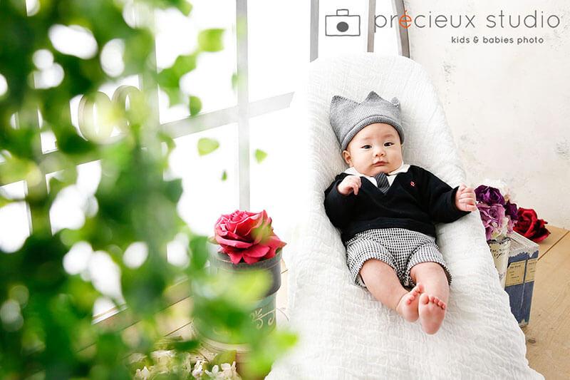 クラウンをかぶったハーフバースデーの赤ちゃん写真