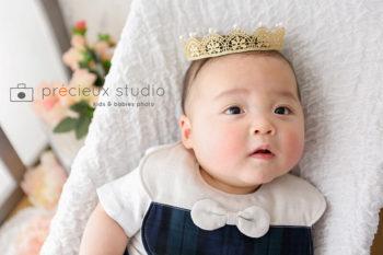 金色のクラウンをかぶったハーフバースデーの赤ちゃん写真