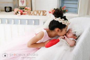 姉妹で撮影したハーフバースデーの赤ちゃん写真
