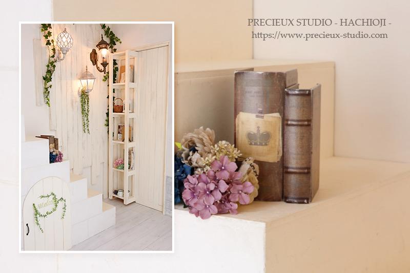 プレシュスタジオ八王子店の撮影セット内装 階段のある白い部屋