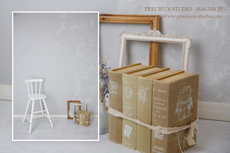 プレシュスタジオ八王子店の撮影セット内装 フレームや本を使った撮影