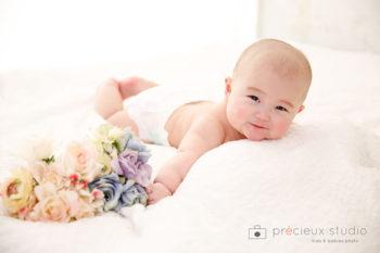ハーフバースデーの赤ちゃん おむつ写真 プレシュスタジオ撮影写真