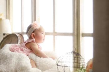 窓辺のハーフバースデーの赤ちゃん プレシュスタジオ撮影写真