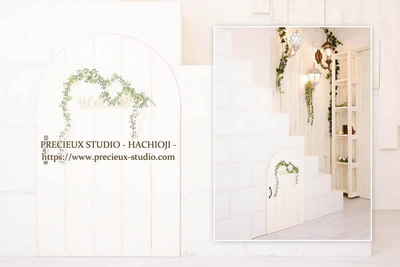 プレシュスタジオ八王子店の撮影セット内装 明るい白いお部屋にグリーン