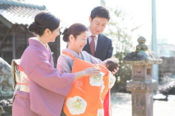 お宮参りの出張撮影写真 お父さんお母さんとおばあちゃんと掛け着を着せた赤ちゃん