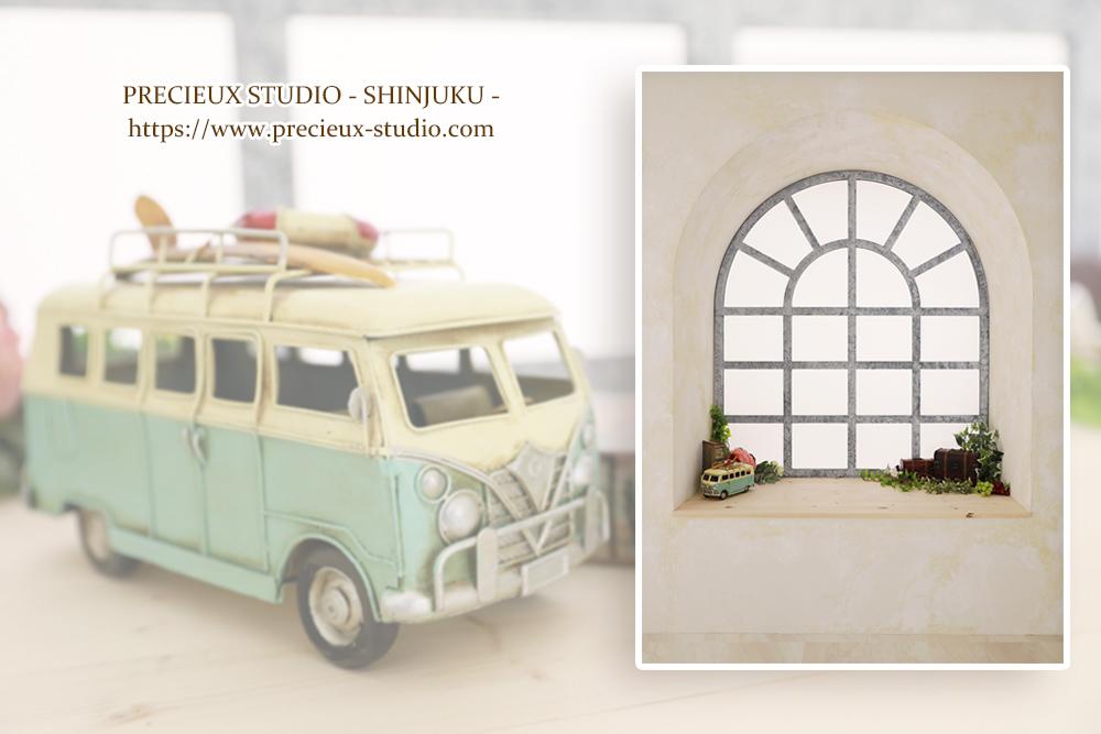 プレシュスタジオ新宿曙橋店の撮影セット内装 窓辺と車のインテリア