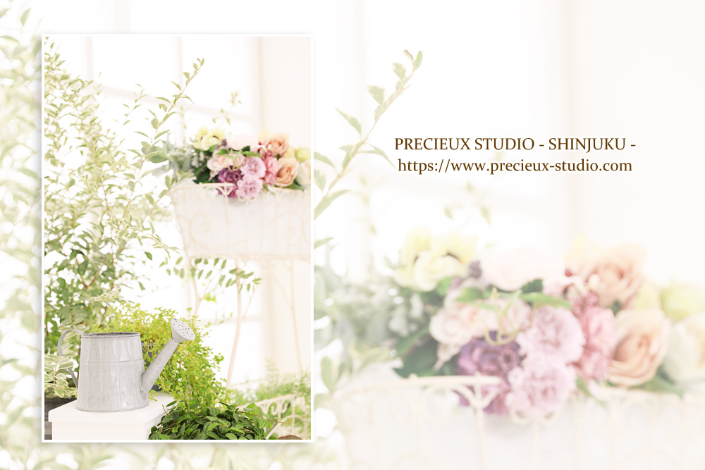 プレシュスタジオ新宿曙橋店の撮影セット内装 お花とグリーンの明るい雰囲気